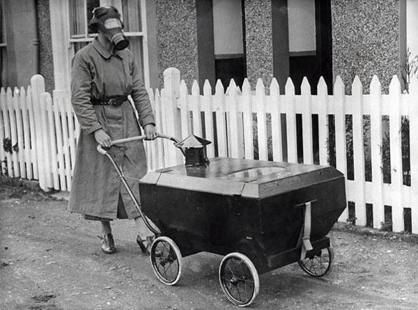 01-Mujer-con-cochecito-resistente-al-gas-Inglaterra-1938