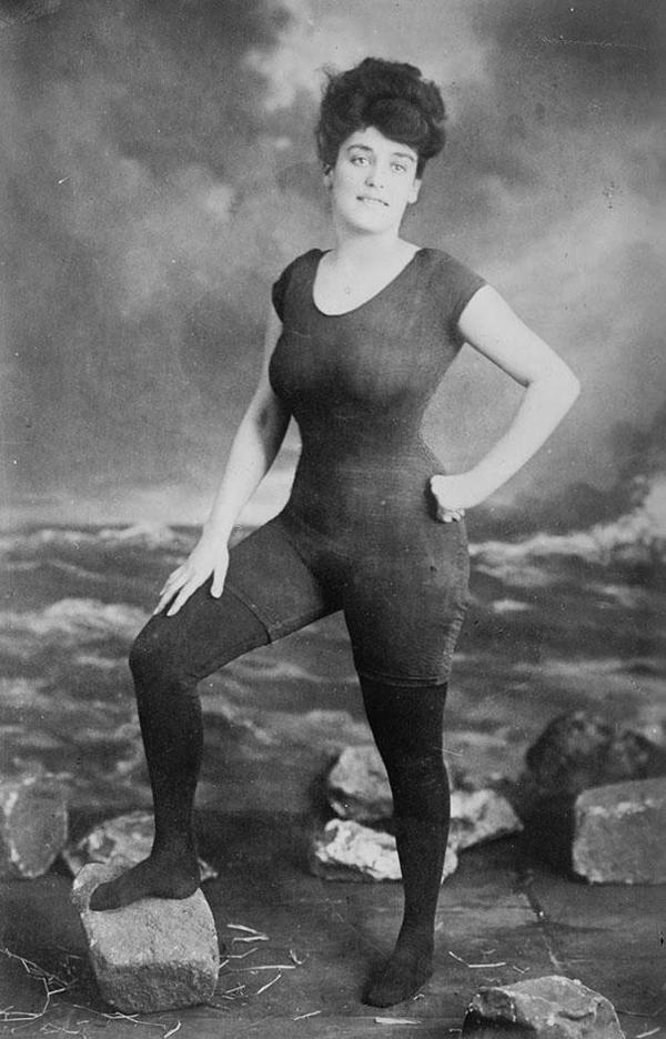 09-Annette-Kellerman-promueve-el-derecho-de-las-mujeres-a-llevar-un-bañador-de-una-pieza-amueblada-1907-Fue-arrestada-por-indecencia