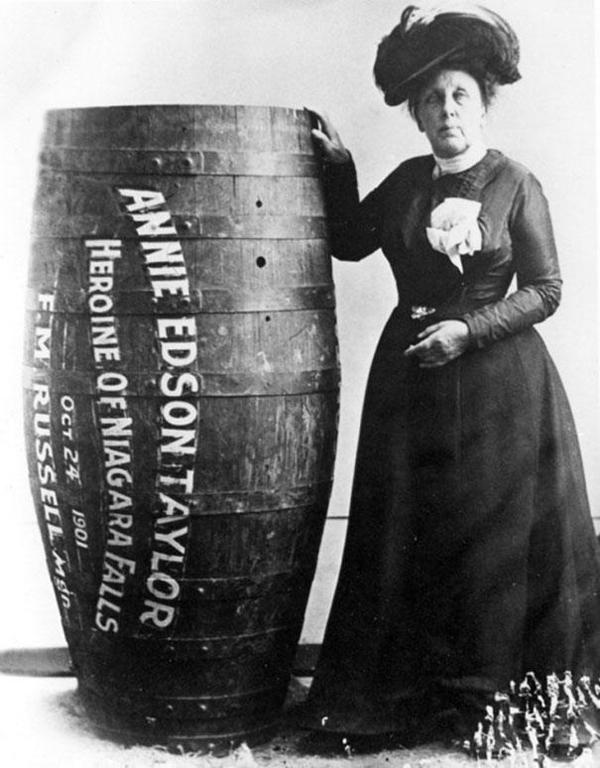 10-Annie-Edison-Taylor-la-primera-persona-en-sobrevivir-descendiendo-las-cascadas-del-Niagara-en-un-barril-1901