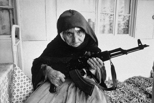 11-Mujer-armenia-de-106-años-protege-su-casa-1990