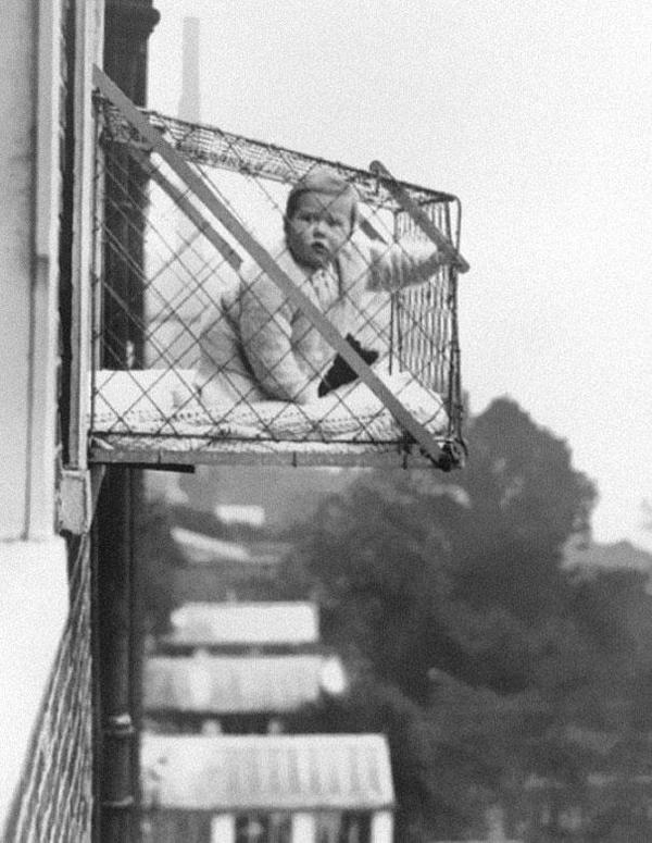 12-Jaulas-para-niños-usadas-para-asegurarles-suficiente-sol-y-aire-fresco-en-los-edificios-de-apartamentos-de-1937