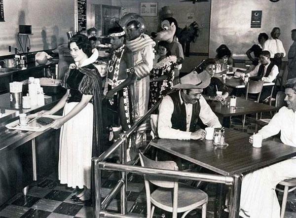 14-Cafetería-de-los-empleados-de-Disneyland-en-1961