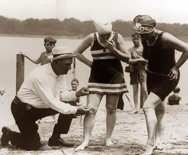 23-Midiendo-trajes-de-baño-por-si-son-demasiado-cortos-multar-a-las-mujeres-1920s