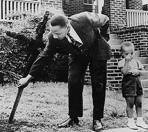 24-Martin-Luther-King-con-su-hijo-quitando-de-su-jardin-una-cruz-quemada-1960