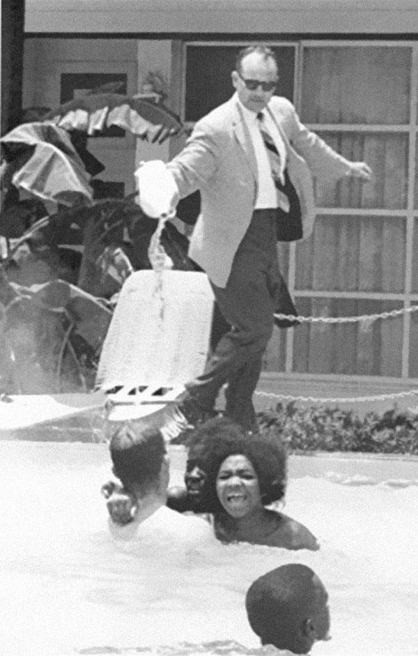 25-Propietario-de-hotel-derramando-acido-en-la-piscina-mientras-se-bañan-persona-de-color-1964