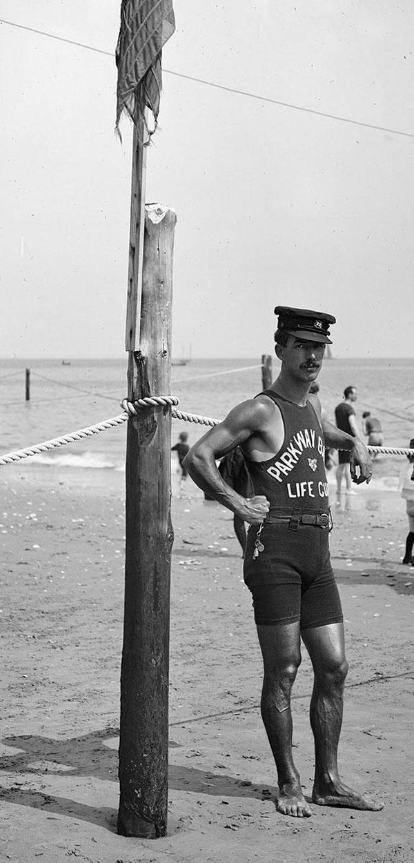 26-Socorrista-en-la-costa-1920s