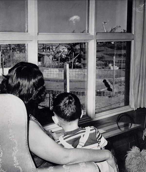 28-Madre-e-hija-mirando-la-nube-en-forma-de-hongo-despues-de-una-prueba-atomica-en-Las-Vegas-1953