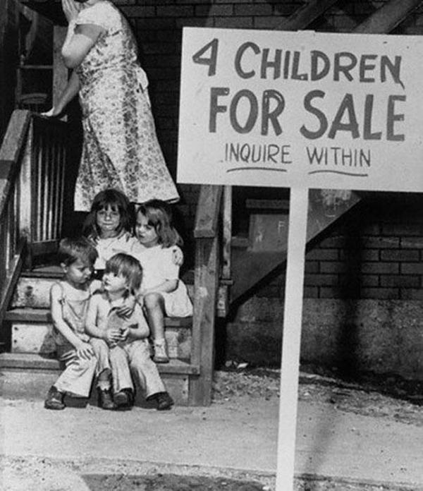 29-Madre-esconde-su-cara-de-verguenza-despues-de-poner-a-sus-hijos-en-venta-Chicago-1948