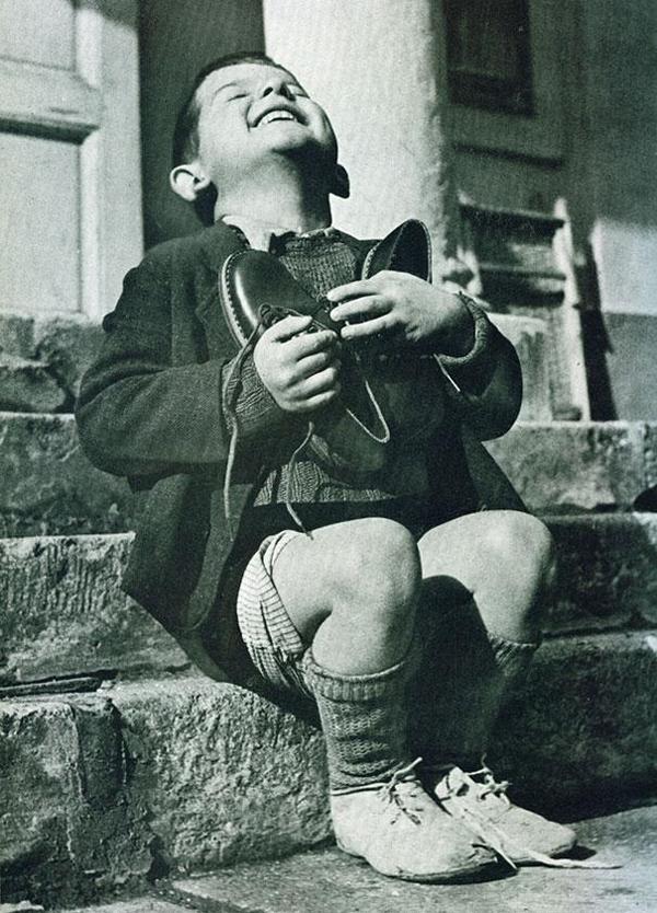 30-Chico-austriaco-recibe-zapatos-nuevos-durante-la-WWII