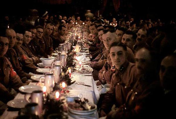 31-Oficiales-y-cadetes-de-Hitler-celebrando-la-Navidad-1941