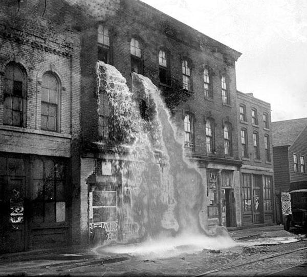 37-Alcohol-ilegal-siendo-derramado-durante-la-prohibicion-Detroit-1929
