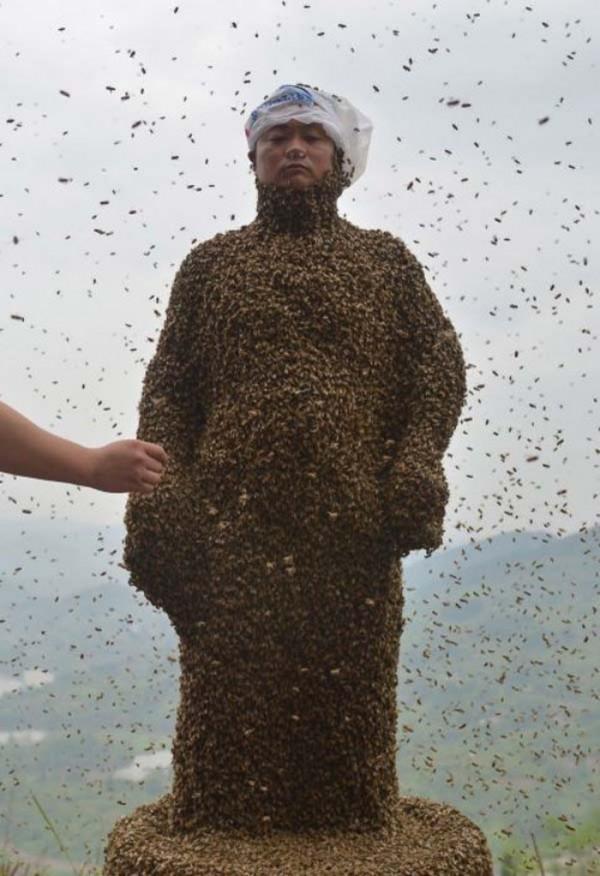 hombre-cubierto-abejas-05