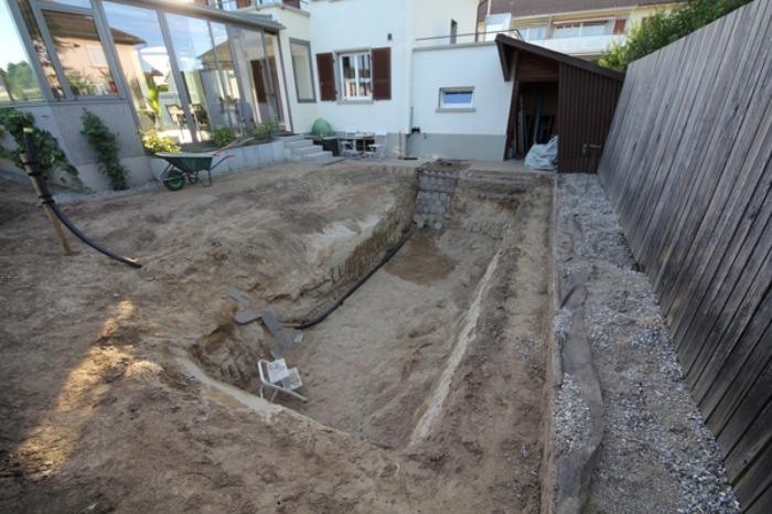 Un genial estanque para nadar en el jard n de casa bast simo for Fabricacion de jardines