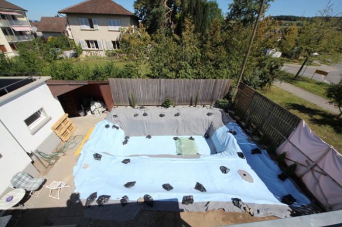 Un genial estanque para nadar en el jard n de casa bast simo for Piscinas plastico duro