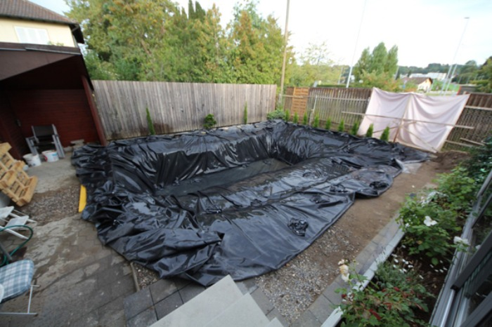 Un genial estanque para nadar en el jard n de casa bast simo for Construir estanque