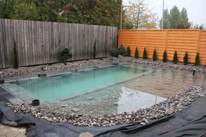 Un genial estanque para nadar en el jard n de casa bast simo for Piscinas en jardin