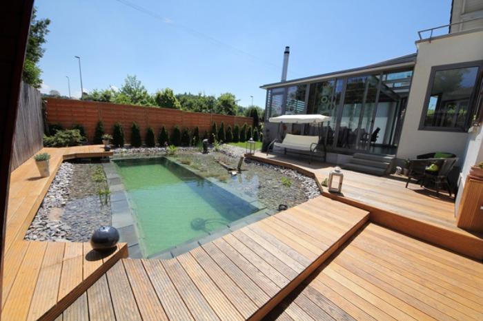 Un genial estanque para nadar en el jard n de casa bast simo - Patios con piscina ...