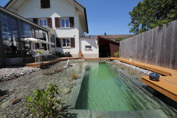Un genial estanque para nadar en el jard n de casa bast simo - Biopiscina fai da te ...