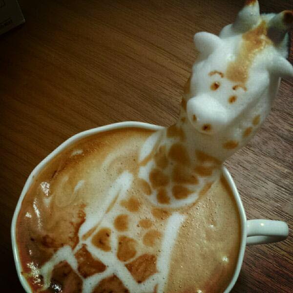 Hay quien hace arte en el café y luego están los japoneses