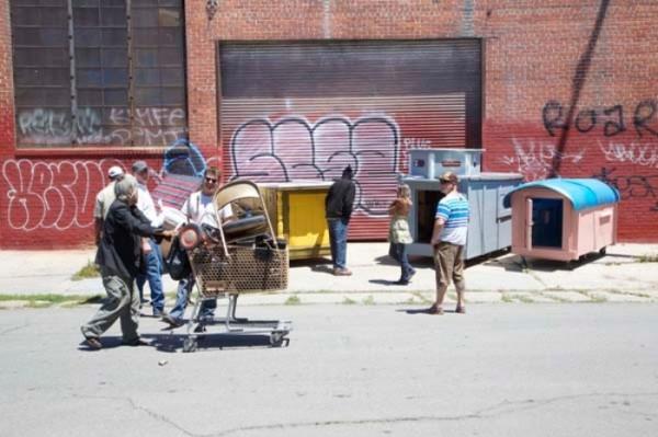 Ayudar indigente es solidario,pero hacer refugios con basura